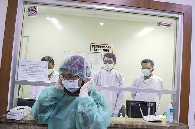 Medical personnel enter the laboratory of the Health Research and Development Agency (Balitbangkes) in Jakarta on Feb. 11.