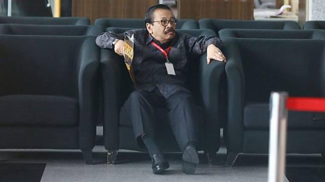 Mantan Gubernur Jawa Timur Soekarwo saat tiba di Gedung KPK, Jakarta, Rabu (28/8). [Suara.com/Arya Manggala]