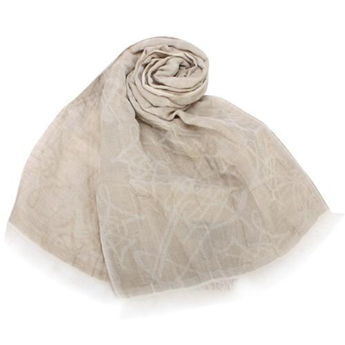 Vivienne Westwood 清爽舒適的棉麻材質搭配輕柔色系,滿版LOGO字母的圖樣裝飾,簡易俐落風格,時下年輕人與社會新鮮人最愛品牌,可當披巾、圍巾,造型一次到位,更突顯個人品味!商品品牌:V