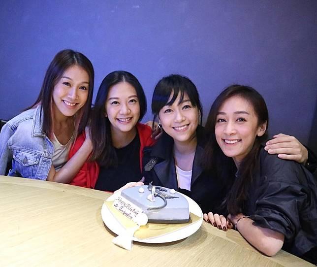 晒出四姊妹合照。