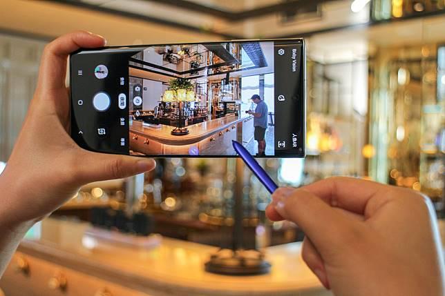 S  Pen加入了更多手勢操作,可在拍攝時轉換模式、Zoom In和Zoom Out等,操作流暢。