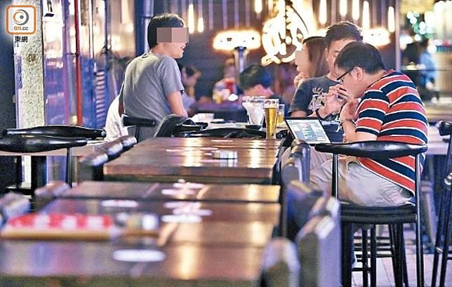 酒吧未納入停業規管,顧客仍可暢飲。