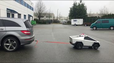 迷你版Tesla Cybertruck ?國外超狂老爸親手為孩子打造 Cybertruck 電動車,還能拖動賓士 R-Class 實車