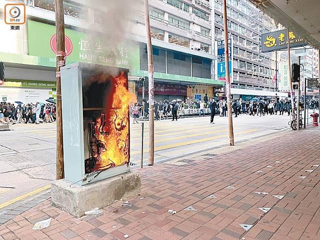 示威者燒電箱影響交通燈運作。(溫國佳攝)