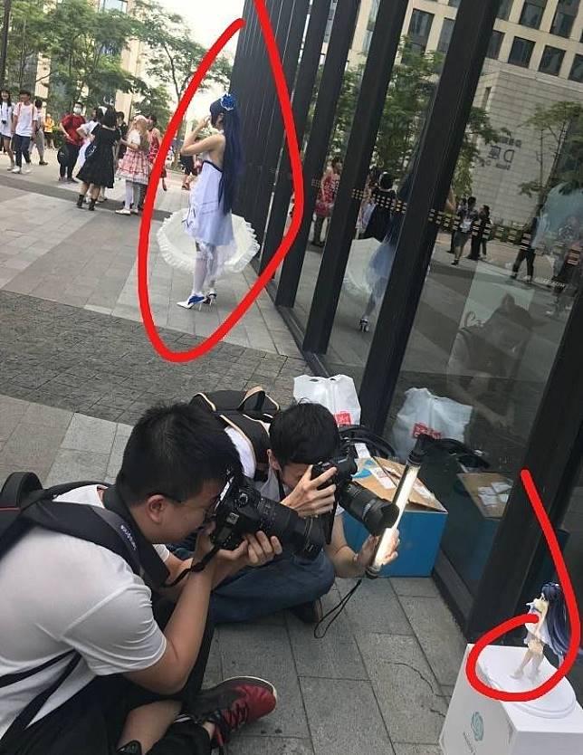 ▲哭!正妹Coser爆乳站街頭,攝影師卻狂拍「它」。(圖/翻攝自爆廢公社)