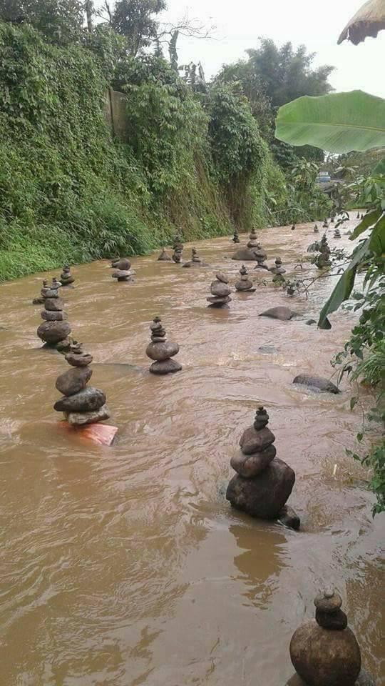 Tumpukan batu di tengah sungai