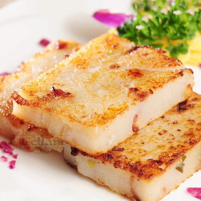 白拋拋的蘿蔔糕,以精選在來米為基底,口感綿密彈嫩,鹹香細緻。真材實料,是經典港式點心。可 #清蒸 #油煎 #拌炒 #火烤 #焗烤 #作湯,簡單烹調就能上桌。美味看的見,也吃的到,最重要的是為年節增添幾