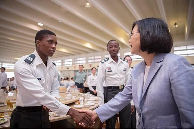 ▲蔡英文總統28日在陸軍官校用早餐,並與布吉納法索交換學生握手。(圖/總統府提供 , 2018.4.28)