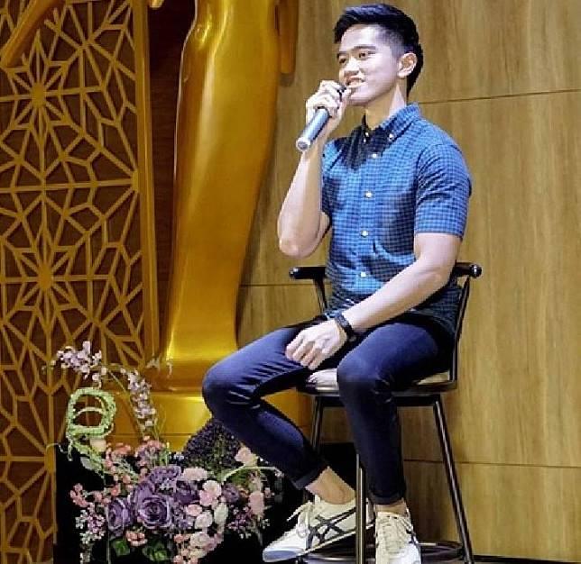 Kaesang Pangarep mengenakan jeans dan kemeja biru (Instagram @kaesangp).jpg