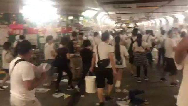 一批男女到場撕走便利貼,改貼上印有多名泛民議員及反對修例示威者照片的紙張。