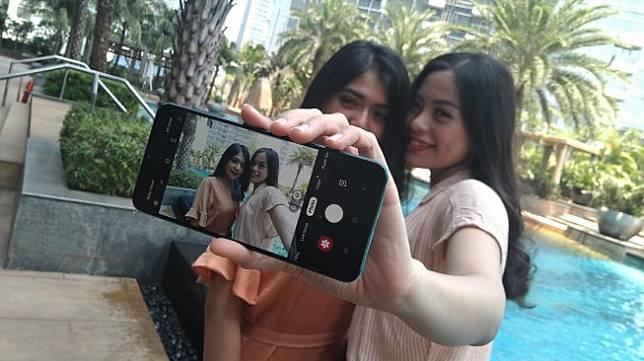 Dua dara sedang berfoto menggunakan ponsel Samsung Galaxy A50s di Jakarta, Rabu (11/9/2019). [Suara.com/Tivan Rahmat]