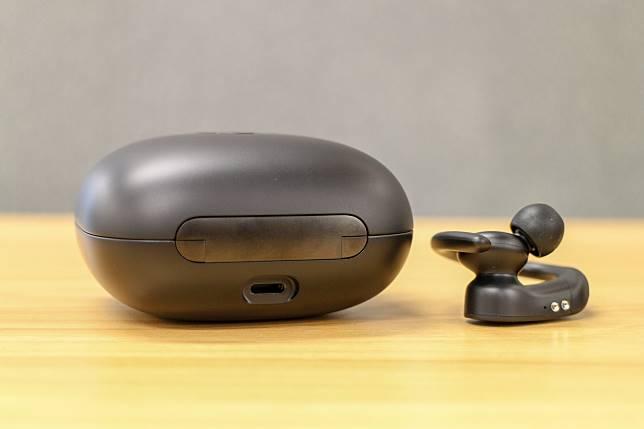 Powerbeats Pro未有支援AirPods 2的無線充電,靠盒子背後插上lightning線充電。