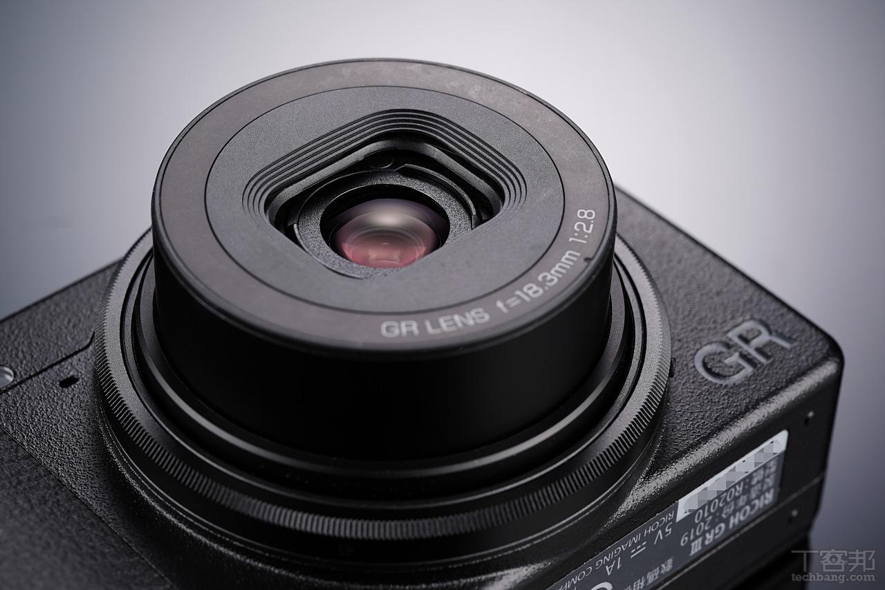 GR3 採用等效 28mm F2.8 鏡頭,鏡組重新設計使得近拍功能更強。