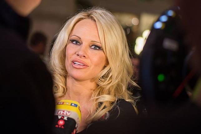 Pamela Anderson ingin membantu PM Kanada Justin Trudeau untuk menjadi vegan.