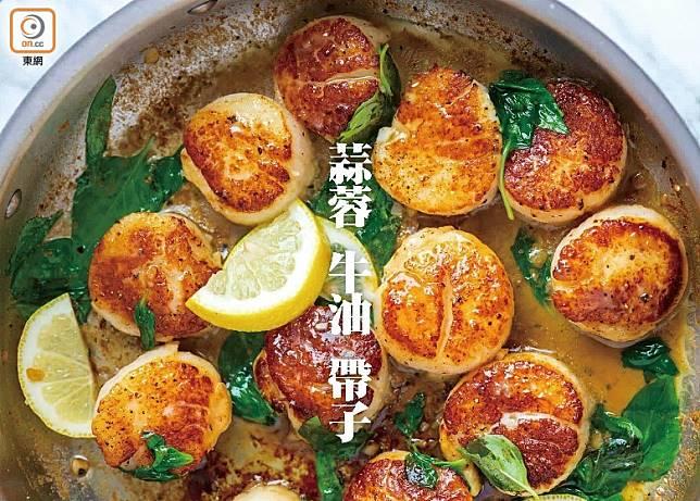 用蒜蓉、牛油、檸檬及羅勒葉調味的煎帶子色香味兼備,媲美餐廳出品但10分鐘就煮好。(互聯網)