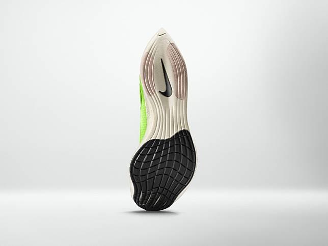 鞋底前掌部分的加強抓地力,而跑鞋外底採用更多波浪狀花紋,更深的凹槽能夠讓跑者在轉彎的時候更加靈活穩定地左右移動。(互聯網)