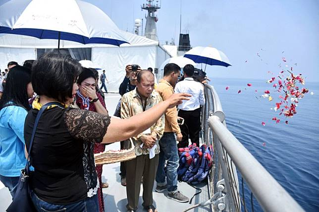 A time to remember: Family members of the Lion Air flight JT610 crash victims scatter flowers from the deck of KRI Banjar Masin into the sea near Karawang, West Java, in a ceremony held on Tuesday to pray for their loved ones.