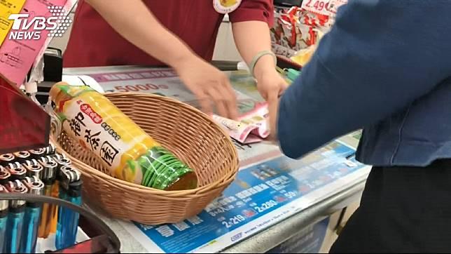 超商店員現在也得要十八般武藝樣樣精通。示意圖/TVBS