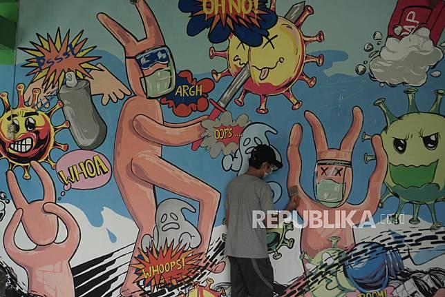 Mahasiswa menggambar mural bertema Covid-19. Masuknya varian mutasi Covid-19 dari luar negeri ke Indonesia harus disambut dengan disiplin prokes yang ketat serta penguatan 3T.