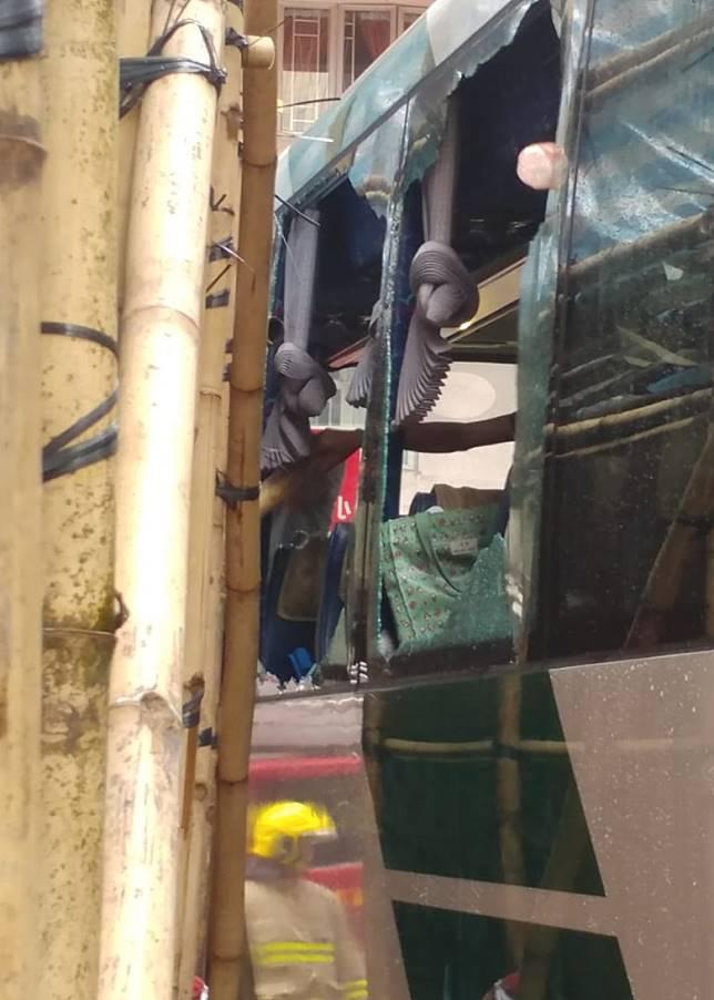 有竹枝插入校巴車廂。(馬竟峯攝)