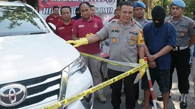 Polisi, di Pati, Jawa Tengah, Kamis (20/6/2019), menunjukkan Toyota Fortuner yang dijadikan mahar pernikahan dan tersangka yang diduga telah mencuri serta menjual mobil tersebut kepada mempelaki laki-laki. [Antara]
