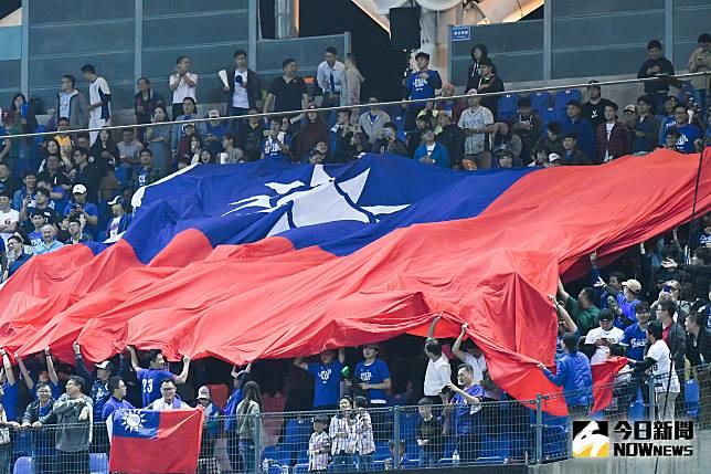 ▲世界棒球12強中華隊對上委內瑞拉,球迷展開大國旗為中