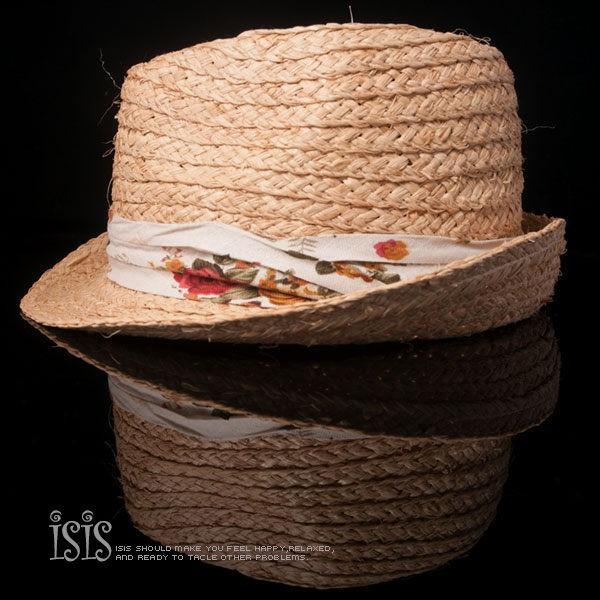 夏日紳士草帽,編織出俐落硬挺款式,窄版帽緣設計搭配線條緞帶,加上電繡的點綴,適合搭配夏日襯衫出遊。KURO-SHOP專屬訂製設計出一個專屬於您的配件挑選最愛的配件款式,並親自決定符合自身品味的文字和顏