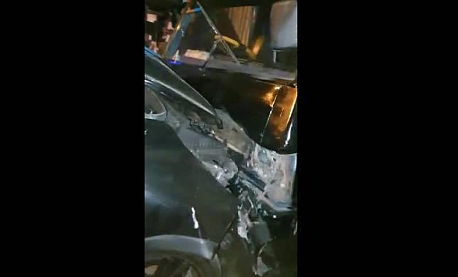 Bagian depan mobil dinas Ketua Bawaslu Jatim Moh Amin hancur setelah menabrak pikap, Kamis (6/5/2021) malam. (istimewa).