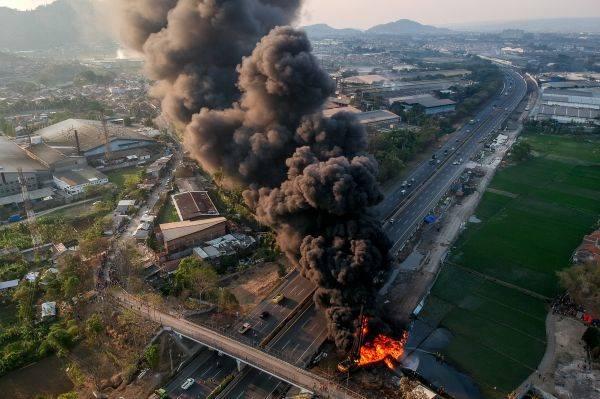 Foto udara kebakaran pipa minyak milik PT Pertamina di Melong, Cimahi, Jawa Barat, Selasa (22/10).