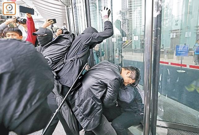 黑衣暴徒手持磚頭圍毆警民關係科便衣警員。(李志湧攝)