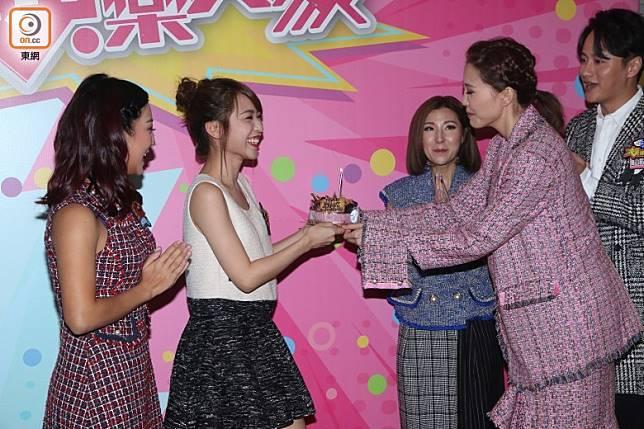 吳若希(右二)送上蛋糕氹壽星女開心。