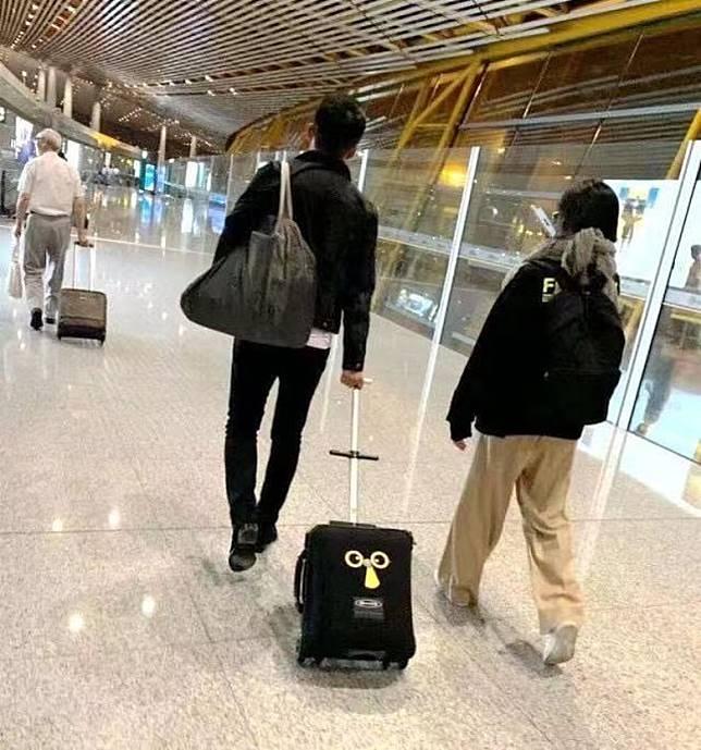 小菲推住行李開路。