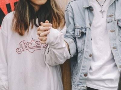 5 Zodiak yang Paling Kuat Menjalani Hubungan Jarak Jauh