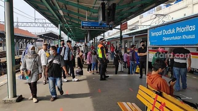 Kondisi penumpang KRL di Stasiun Manggarai di hari pertama pemberlakuan PSBB transisi. (Suara.com/Bagaskara).