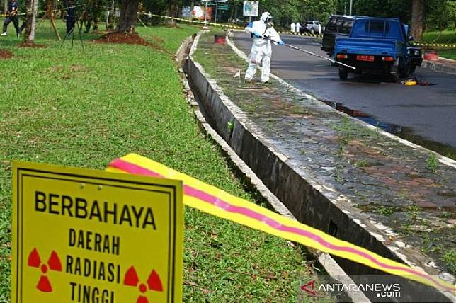 Petugas Proteksi Radiasi (PPR) dari Badan Pengawas Teknologi Nuklir (Bapeten) melakukan penyisiran sumber radioaktif yang tercecer di lokasi kecelakaan mobil pengangkut bahan radioaktif saat geladi lapang penanggulangan Kedaruratan Nuklir atau Radiologi di Puspiptek, Serpong, Tangerang Selatan, Banten, 6 Desember 2018. (Foto : ANTARA FOTO/Muhammad Iqbal/hp/am).