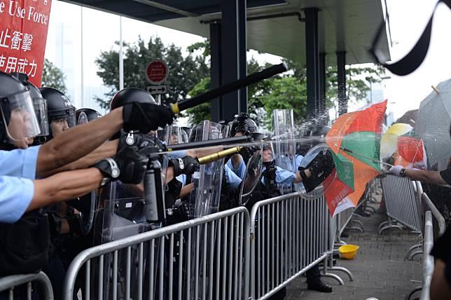 李家超重申6月12日「暴動」形容立法會示威者攻擊警員行為。資料圖片