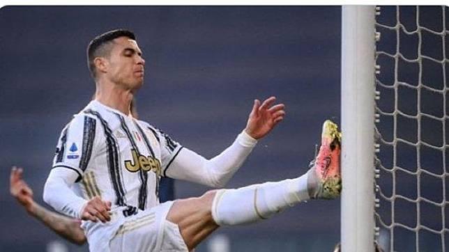 Megabintang Juventus, Cristiano Ronaldo meluapkan kekesalannya dengan menendang gawang saat melawan Napoli dalam laga tunda pekan ke-3 Liga Italia 2020-2021 di Allianz Stadium, Rabu (7/4/2021) pukul 23.45 WIB.