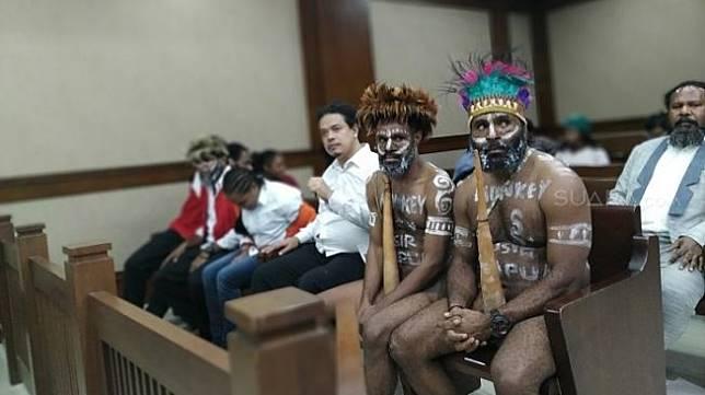 Dua tapol Papua kasus pengibaran bendera bintang kejora saat dihadirkan di PN Jakarta Pusat. (Suara.com/M Yasir).