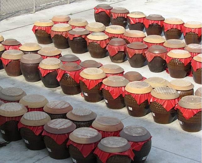 傳統釀製方法是會放在陶缸內,經長時間曝曬。 (互聯網)