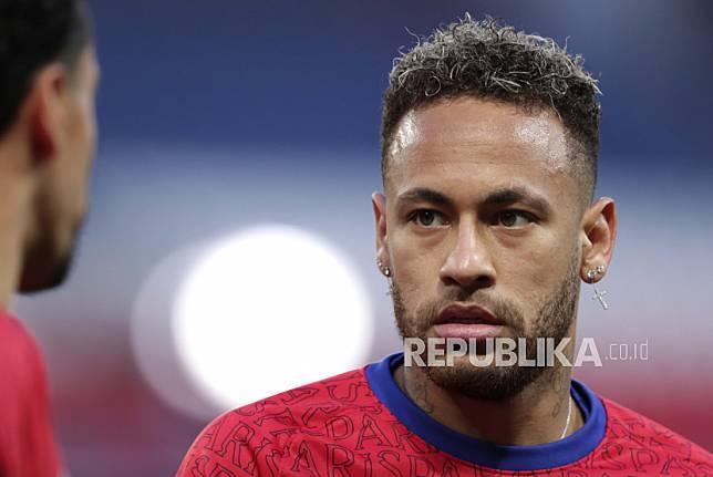 Neymar PSG melakukan pemanasan sebelum dimulainya pertandingan sepak bola leg pertama semifinal Liga Champions antara Paris Saint Germain dan Manchester City di stadion Parc des Princes, di Paris, Prancis, Rabu, 28 April 2021.