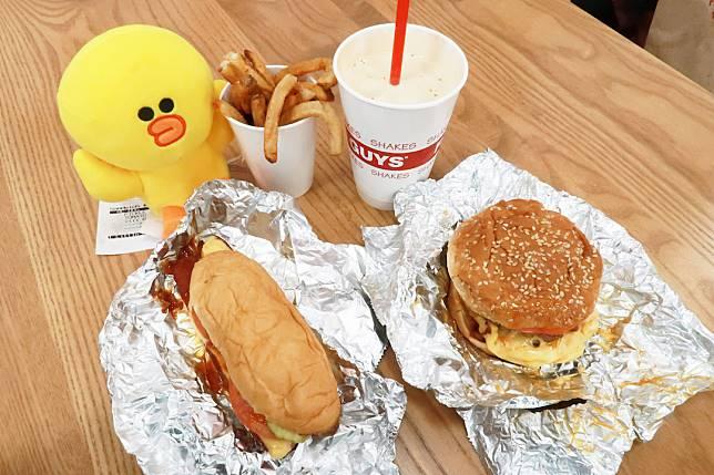 FIVEGUYS同樣主打新鮮牛肉漢堡,不過不設套餐,所有食物都要單點。