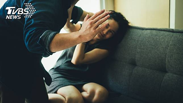 北市一名人妻遭丈夫暴力相向,导致下半身终身瘫痪,法院判决丈夫须赔偿1120万余元。(示意图/TVBS)