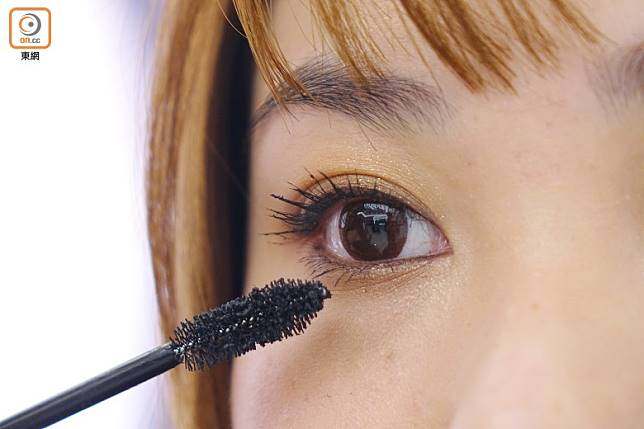 Step 5:在上下睫毛塗上黑色睫毛膏。(胡振文攝)