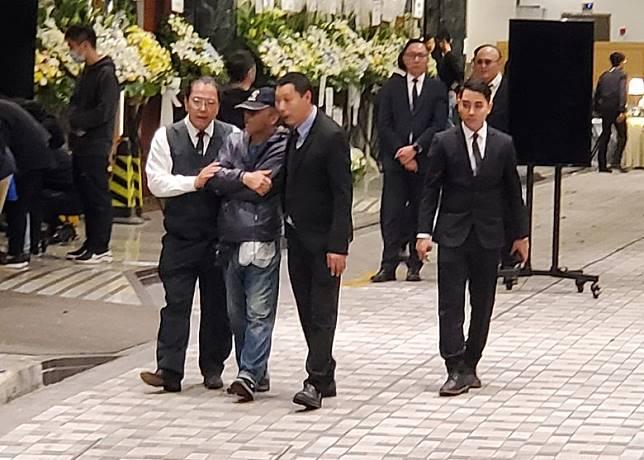 戴帽男被指在場內拍照,及後由職員陪同下離開。(梁裔楠攝)