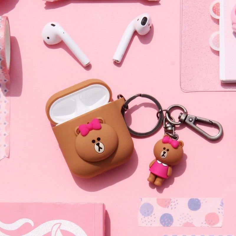 LINE FRIENDS CHOCO 熊美化身為 Apple AirPods 矽膠保護套,與你一起走進音樂世界。 另外產品另附上精緻的 CHOCO 熊美 掛飾,不論去到那裡也陪伴你在一起。