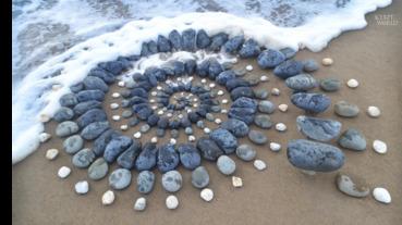 沙灘上如同珠寶項鍊般的石頭藝術