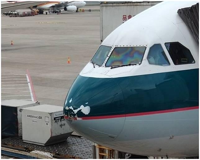 客機機頭受損。微博