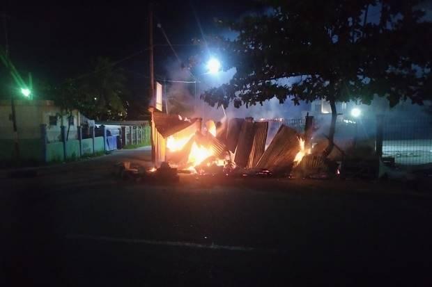 Kota Sorong Mencekam, Massa Blokir Jalan dan Lakukan Pembakaran