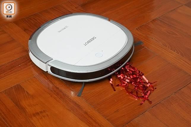 Slim 11能吸走約七八成膠紙條,但遇到體積較大的垃圾如貓沙時要來回幾次才能清理。(莫文俊攝)