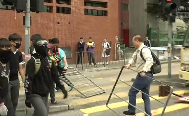 市民清路障。港台新聞截圖